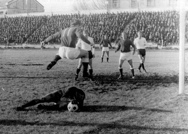 Эпизод матча на стадионе Чайка. 1965 год.
