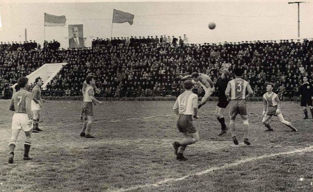 Эпизод матча на флотском стадионе. Обратите внимание на количество зрителей.Фото из личного архива Е. Сапожникова.