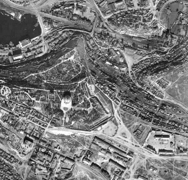 Аэросьемка. 1942г. Хорошо видна Панорама. А справа, и чуть ниже, за рвов 4-го бастиона, эта самая огороженная площадка.