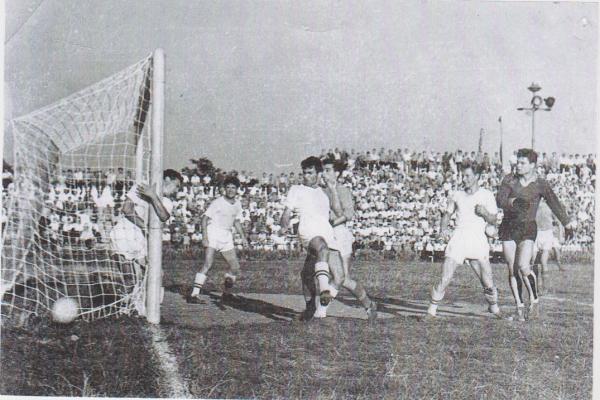 Стадион СКЧФ. Флотская команда забивает гол.