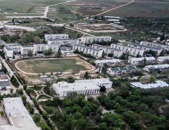 Кача. Вид с воздуха. За белым зданием клуба видно футбольное поле.
