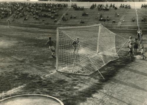 Стадион Чайка момент игры. Год 1965. Посмотрите на качество газона. Пока еще очень слабое. На первом плане круг для толкателя ядра.