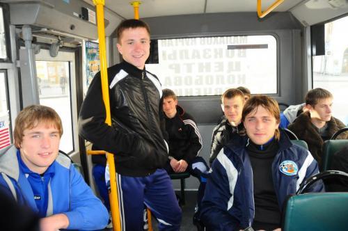 Молодежка в автобусе.