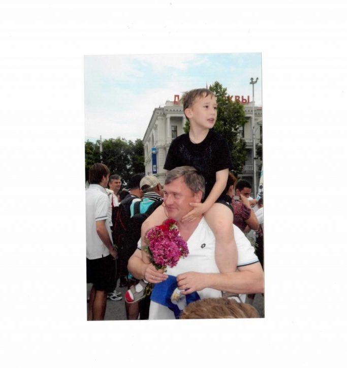 Лещинский Олег с сыном на Нахимова после выхода в Премьер-лигу.